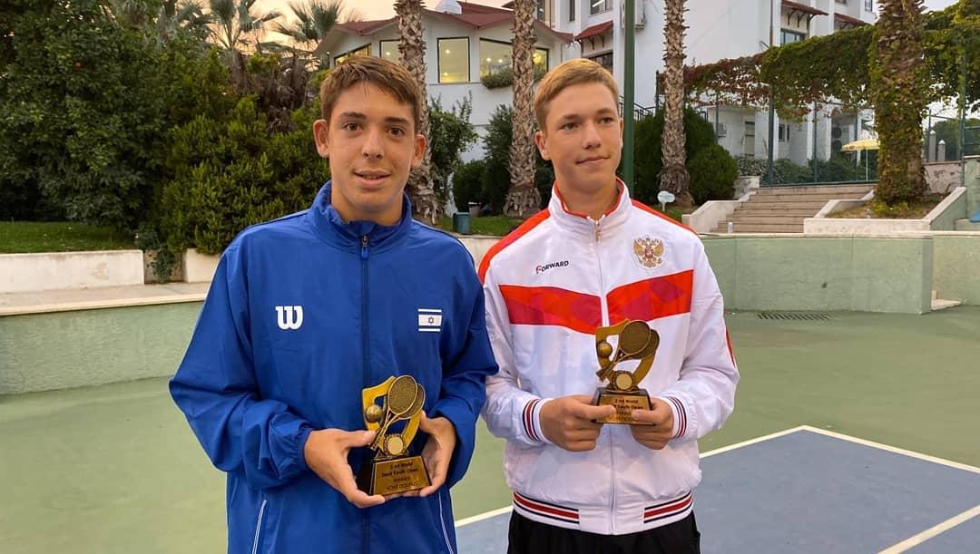 גבי לוצקי (שמאל) עם טניסאי רוסי, איתו זכה בזוגות; צילום: אנטון לוצקי